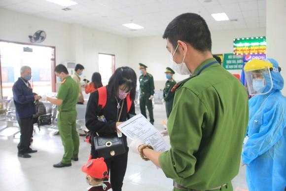 Đà Nẵng: Lập chốt chặn phòng dịch, người dân an tâm đón tết ảnh 5