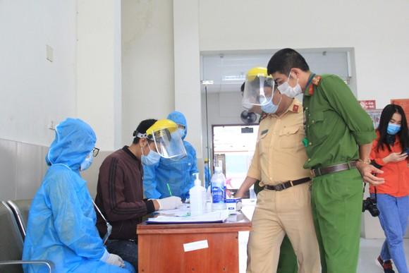 Đà Nẵng: Lập chốt chặn phòng dịch, người dân an tâm đón tết ảnh 11