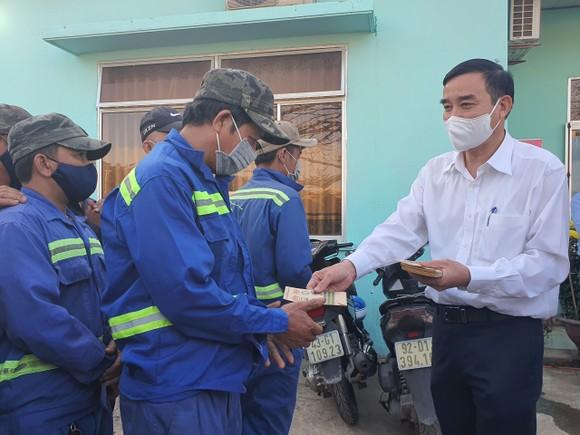 Lãnh đạo TP Đà Nẵng thăm và chúc tết các đơn vị trong đêm giao thừa ảnh 5