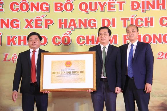 Phó Chủ tịch UBND thành phố Đà Nẵng Lê Quang Nam trao bằng xếp hạng cấp thành phố Di chỉ khảo cổ Chăm Phong Lệ