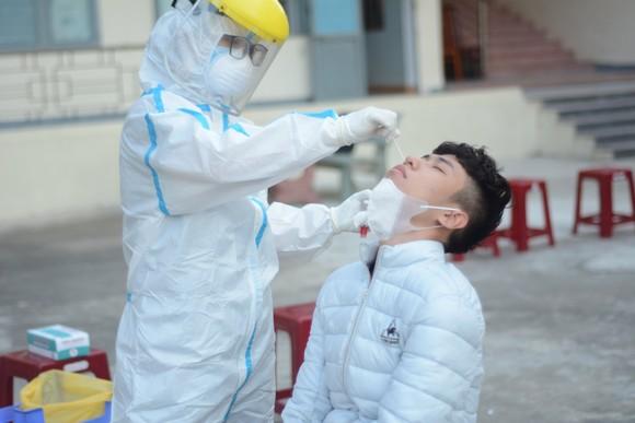 Nhân viên y tế quận Sơn Trà (TP Đà Nẵng) lấy mẫu xét nghiệm cho thanh niên nhập ngũ