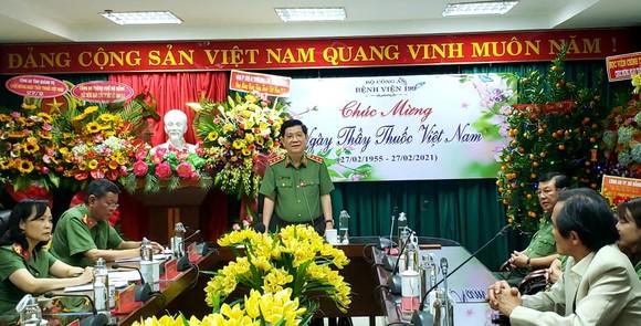 Thứ trưởng Bộ Công an thăm, chúc mừng Bệnh viện 199 nhân Ngày Thầy thuốc Việt Nam ảnh 2