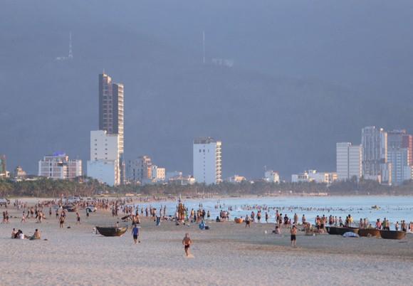 Du khách vui chơi tại bãi biển TP Đà Nẵng