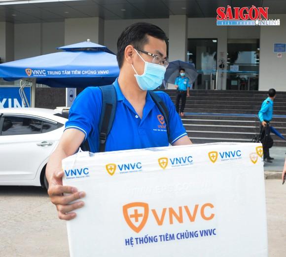 100 liều vaccine được chuyển từ Hệ thống Tiêm chủng VNVC Đà Nẵng đến Trung tâm Kiểm soát bệnh tật TP Đà Nẵng