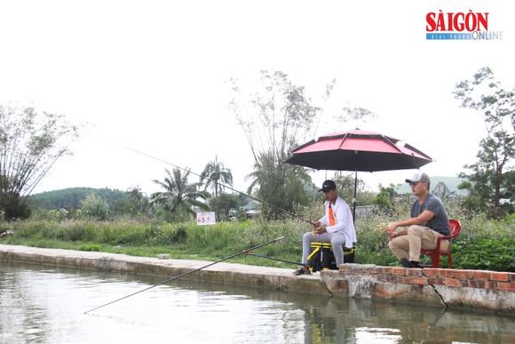 Khách tham quan câu cá tại trang trại của ông Trần Hồng Quảng