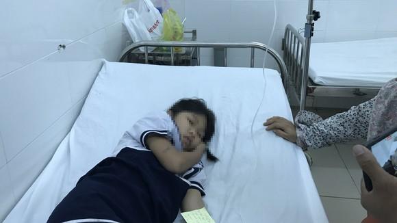 Chơi 'chất nhờn ma quái' slime, 34 học sinh tiểu học nhập viện ảnh 1