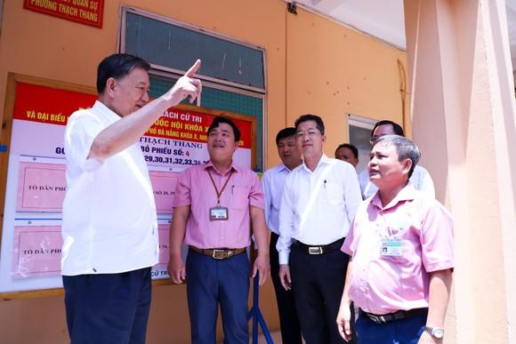 Đại tướng Tô Lâm và Bí thư Thành ủy Đà Nẵng Nguyễn Văn Quảng (áo trắng, đứng giữa) đi kiểm tra về công tác chuẩn bị bầu cử tại các địa phương tại TP Đà Nẵng