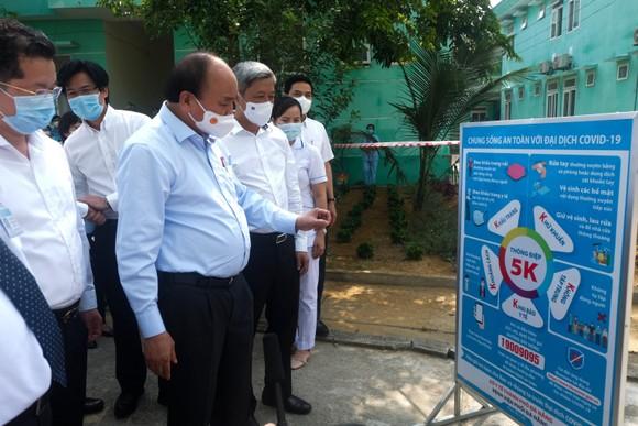 Chủ tịch nước Nguyễn Xuân Phúc kiểm tra hệ thống trang thiết bị tại Bệnh viện Phổi Đà Nẵng
