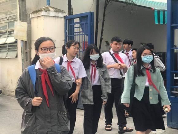 Học sinh Trường THCS Trưng Vương mang khẩu trang khi đến trường học