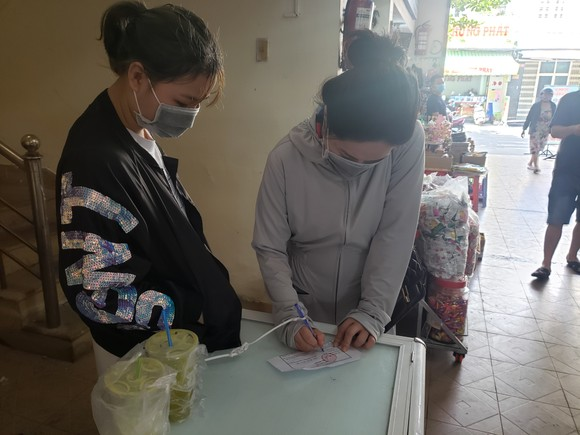 Đà Nẵng: Ngày đầu người dân đi chợ bằng thẻ để phòng chống dịch Covid-19 ảnh 4