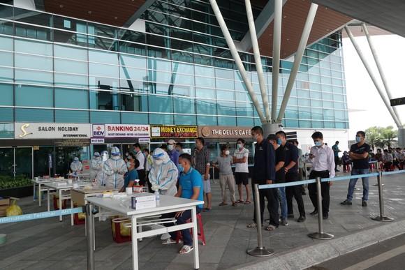 Xét nghiệm hơn 2.000 người tại Cảng Hàng không quốc tế Đà Nẵng ảnh 5