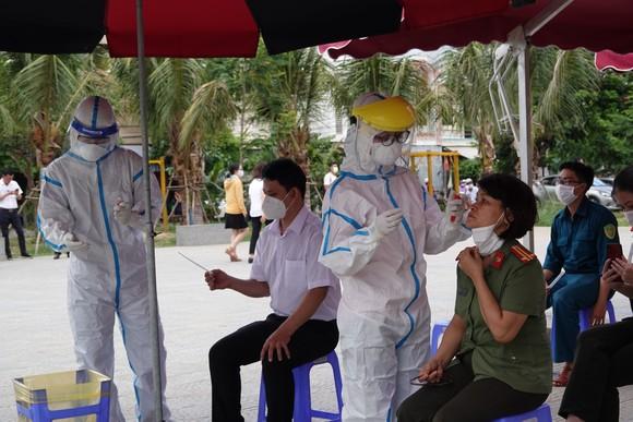 Trung tâm Y tế quận Sơn Trà lấy mẫu xét nghiệm Covid-19 cho lực lượng tham gia phòng, chống dịch trên địa bàn