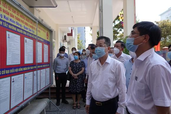 Ông Nguyễn Văn Quảng, Bí thư Thành ủy TP Đà Nẵng kiểm tra danh sách niêm yết đại biểu HĐND TP Đà Nẵng nhiệm kỳ 2021-2026 tại phường Nại Hiên Đông