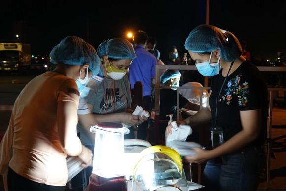 Xuyên đêm lấy mẫu xét nghiệm tại cảng cá lớn nhất miền Trung ảnh 1