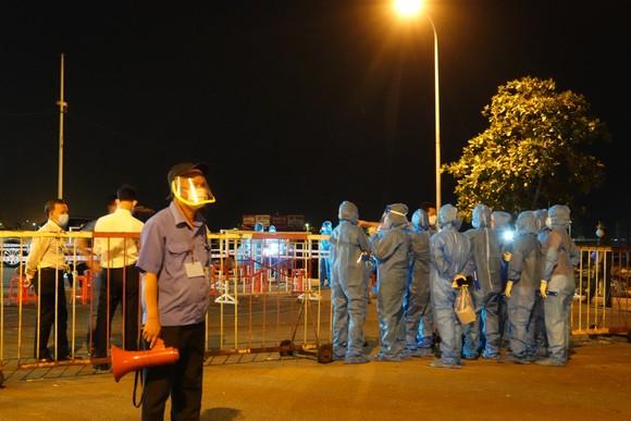 Xuyên đêm lấy mẫu xét nghiệm tại cảng cá lớn nhất miền Trung ảnh 3