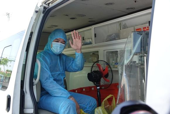Sau khi được trao giấy chứng nhận xuất viện, bệnh nhân được xe cứu thương chở về cách ly tại Trung tâm Y tế quận Hải Châu