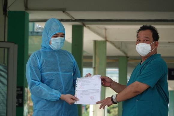 Đà Nẵng: Bệnh nhân đầu tiên mắc Covid-19 trong đợt dịch tháng 5-2021 được xuất viện ảnh 1