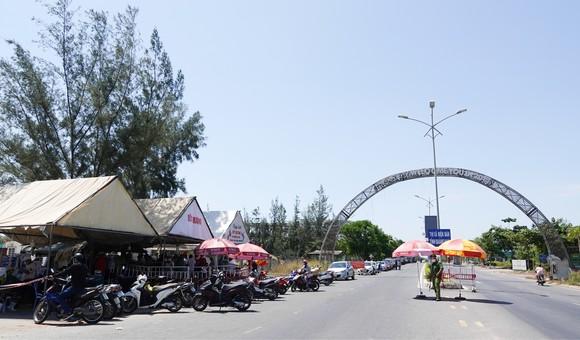 Hàng chục chiếc xe ô tô xếp hàng dọc theo tuyến đường Trường Sa (quận Ngũ Hành Sơn, TP Đà Nẵng) khi đến điểm chốt chặn