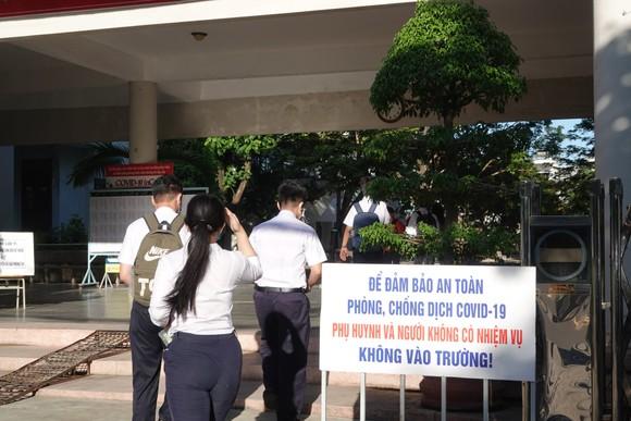 Để bảo đảm an toàn phòng dịch, phụ huynh và người không có nhiệm vụ không được vào trong điểm thi