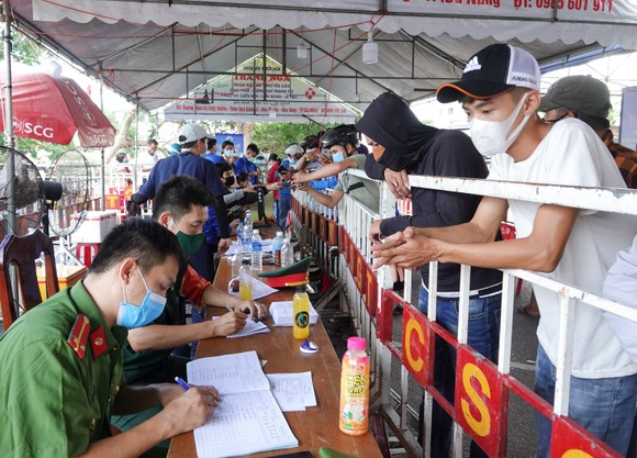 Đà Nẵng: Các thành viên kiểm soát dịch Covid-19 căng mình dưới thời tiết nắng nóng ảnh 7
