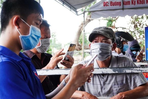 Đà Nẵng: Các thành viên kiểm soát dịch Covid-19 căng mình dưới thời tiết nắng nóng ảnh 9