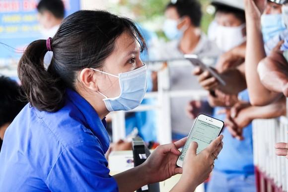 Đà Nẵng: Các thành viên kiểm soát dịch Covid-19 căng mình dưới thời tiết nắng nóng ảnh 8