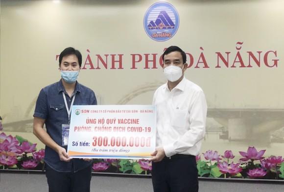 Ông Lê Trung Chinh, Chủ tịch UBND TP Đà Nẵng tiếp nhận số tiền ủng hộ của Công ty Cổ phần Đầu tư Sài Gòn - Đà Nẵng