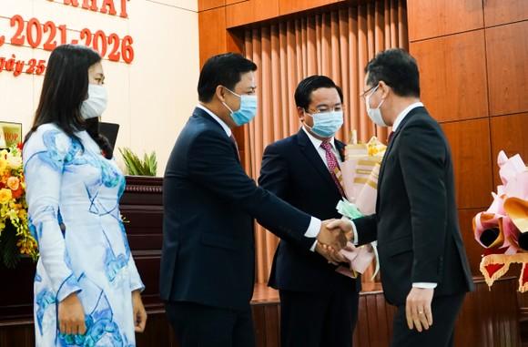 Ông Nguyễn Văn Quảng, Bí thư Thành ủy Đà Nẵng tặng hoa chúc mừng ông Lương Nguyễn Minh Triết, Chủ tịch HĐND TP cùng 2 Phó Chủ tịch HĐND TP Đà Nẵng