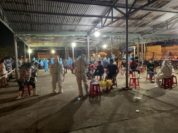 Đà Nẵng: Xuyên đêm xét nghiệm Covid-19 tại cảng cá Thọ Quang ảnh 1