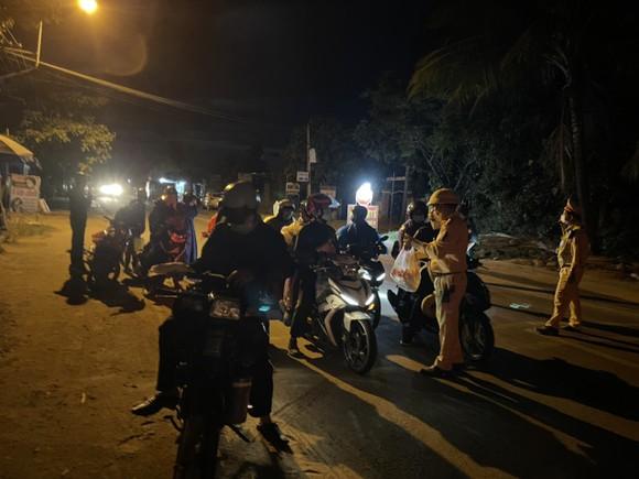 Công an Đà Nẵng xuyên đêm dẫn đường, hỗ trợ người dân đi xe máy về từ TPHCM qua đèo Hải Vân ảnh 2