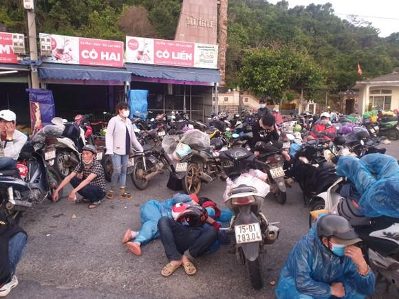 Người dân nghỉ tạm tại đỉnh đèo Hải Vân