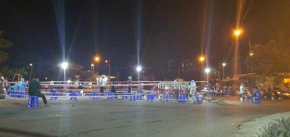 Đà Nẵng cũng đặt ra yêu cầu phải hoàn thành việc xét nghiệm SARS-CoV-2 cho tiểu thương, người lao động làm việc tại cảng cá Thọ Quang trong ngày 26-7
