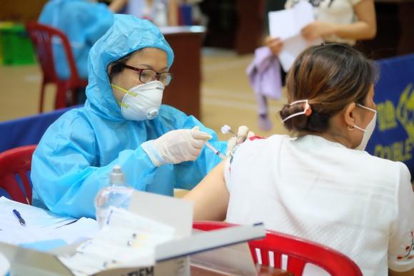 Sở Y tế Đà Nẵng đang tiến hành tiêm chủng vaccine phòng Covid-19 tại Cung thể thao Tiên Sơn (quận Hải Châu)