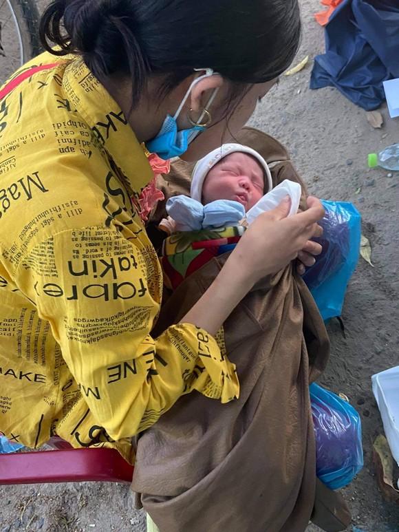 Hành trình gian truân của bé trai 10 ngày tuổi cùng ba mẹ vượt cả ngàn cây số về quê bằng xe máy ảnh 1