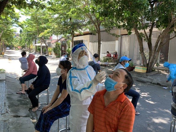 Ngành y tế lấy mẫu xét nghiệm cho người dân phường Hòa Thuận Tây (quận Hải Châu)