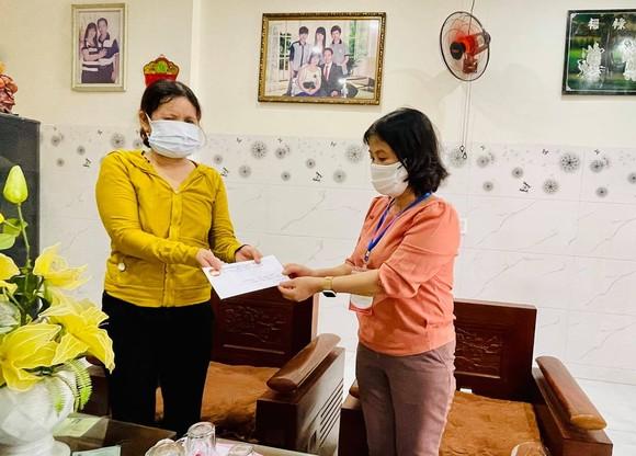 Đại diện Ủy ban MTTQ Việt Nam quận Cẩm Lệ (bên phải) đến thăm và trao hỗ trợ gia đình ông Hứa Văn Tráng