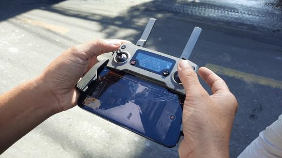 Điều khiển để flycam bay vào các hẻm