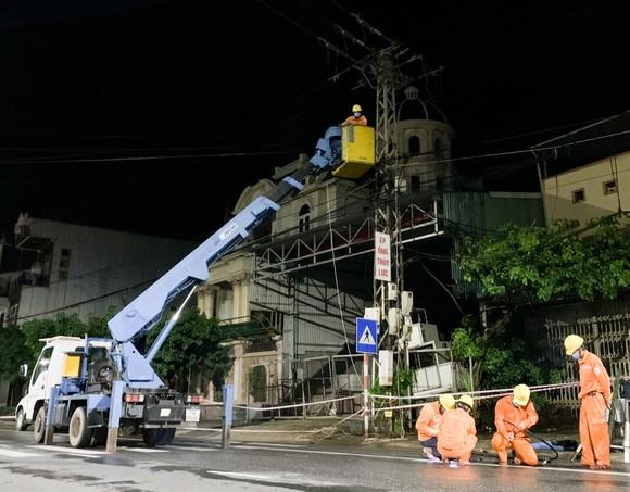 Khôi phục cấp điện cho 3.461 trạm biến áp do ảnh hưởng của bão số 5 ảnh 1