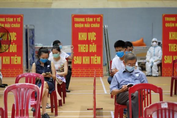 Người dân ngồi đợi ở một điểm tiêm vaccine tại TP Đà Nẵng