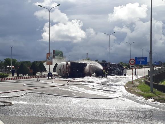Đà Nẵng: Xe bồn chở 20 tấn gas bị lật giữa đường ảnh 1