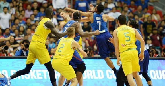 Các cầu thủ bóng rổ của Philippines và Australia ẩu đả trong trận đấu vòng loại World Cup 2019. Ảnh: AFP