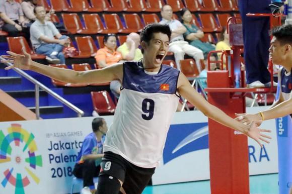Phụ công Phạm Thái Hưng hạnh phúc với chiến thắng của tuyển Việt Nam trước Trung Quốc. Ảnh: NHẬT ANH