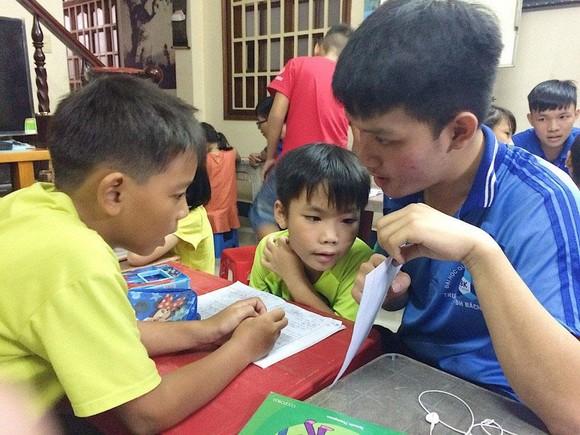 Những gia sư áo xanh mang con chữ đến trẻ em nghèo ảnh 1