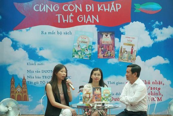 Nhà văn Dương Thụy (giữa) trong buổi ra mắt sách tại Đường sách TPHCM