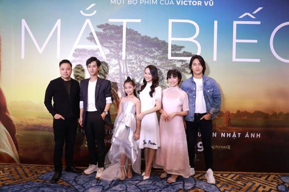 Đạo diễn Victor Vũ (bìa trái) và dàn diễn viên chính trong Mắt biếc