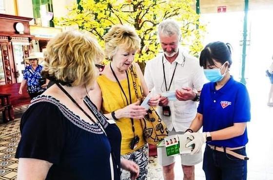 Du khách được tặng khẩu trang khi tham quan TPHCM