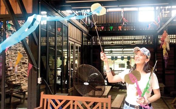 Du khách thử làm diều tại Hua Takhe
