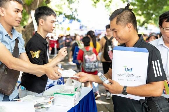 ON1 trao tặng hơn 60.000 'combo sạch khuẩn' cho ngày hội tư vấn tuyển sinh 2020 tại TPHCM và Hà Nội ảnh 1