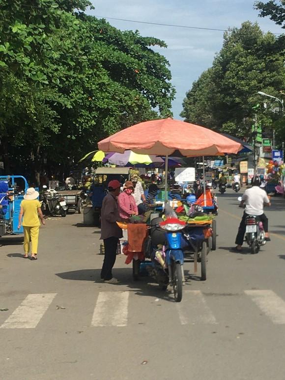 Chợ tự phát họp giữa đường ảnh 1