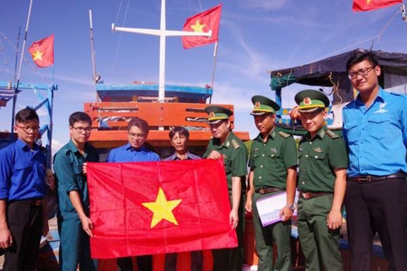 Đồng hành cùng ngư dân vươn khơi bám biển